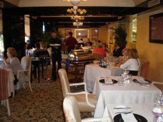Restaurante El Rincon de Guadalpin: Sunday lunch and the roast beef carving trolley.