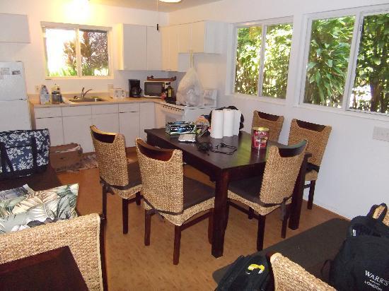 Ke Iki Beach Bungalows: cucina/soggiorno del ns. bungalow