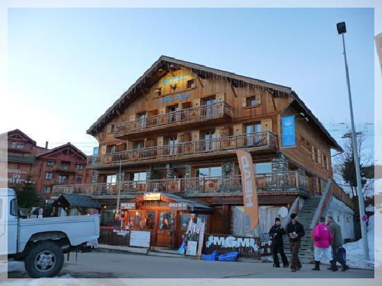 Hotel Alp'azur: Vue de l'hotel au soleil couchant