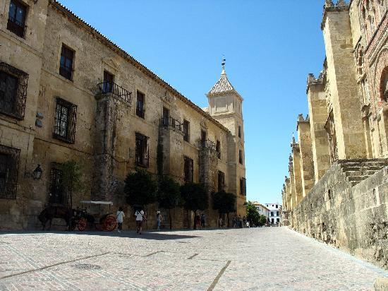 Moschee-Kathedrale (Mezquita de Córdoba): Mezquita of Cordoba from outside