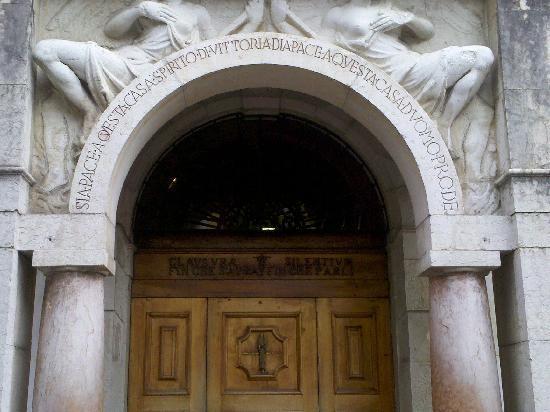 Gardone Riviera, Italia: Porta d'entrata della casa di D'Annunzio