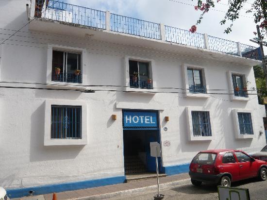 Villa Mercedes Petit Hotel: Villa Mercedes from the street