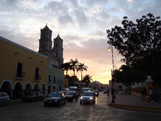 Valladolid 01/11. Crépuscule sur la cathédrale et le zocalo.