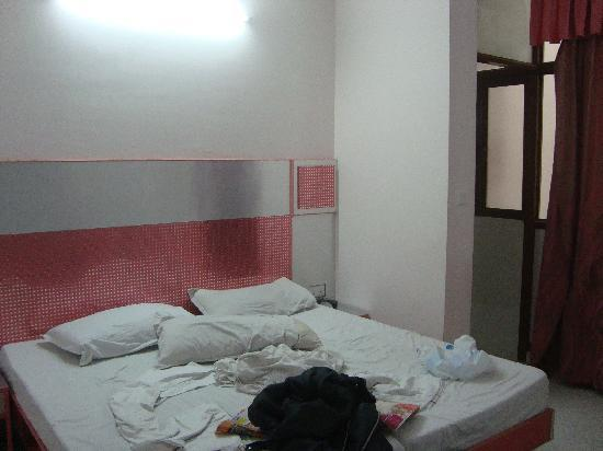 Hotel Kwality: the bedroom; the bed is quite hard...but the room is clean