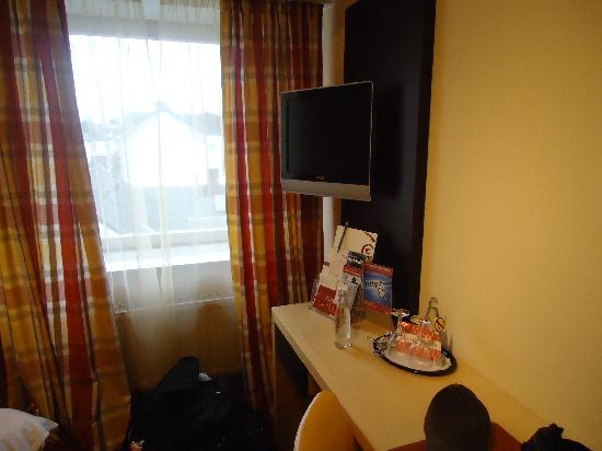 Hotel UHU: You can watch tv (channels mostly in German)