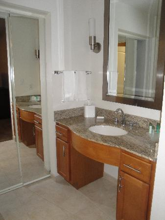 Homewood Suites St. Louis - Galleria: Bathroom vanity area