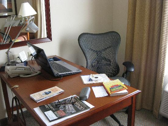 Hilton Garden Inn Atlanta NW/Wildwood : Free wi fi and ergo correct chair. NICE!