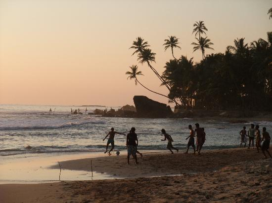 Rockside Cabanas Hotel: Beach football enjoyed by the locals
