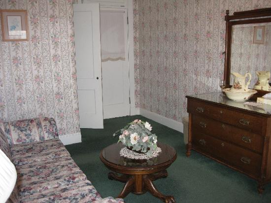 Manresa Castle: Living room of suite 316