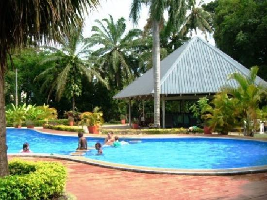 Holiday Inn Port Moresby プールではしゃぐ子供達