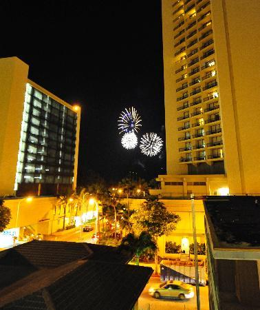Waikiki Central Hotel: Fireworks from our Lanai