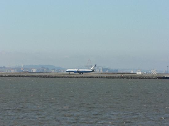 Vagabond Inn Executive SFO Airport: vue de l'aéroport depuis l'hotel.