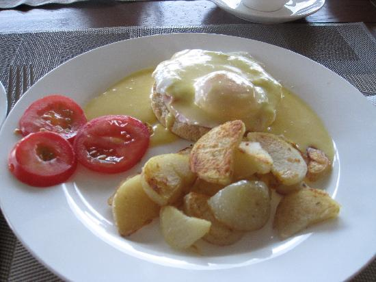 Longview Farmstay Bed and Breakfast: Breakfast - Egg Benedict cooked by Anita