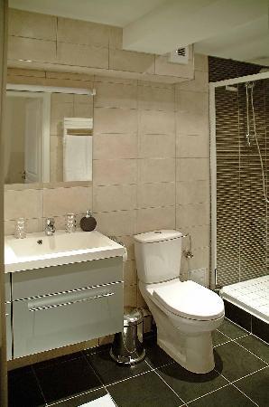 la salle de bain et ses rangement hyper pratique en partant a ... - Rangement Pratique Salle De Bain