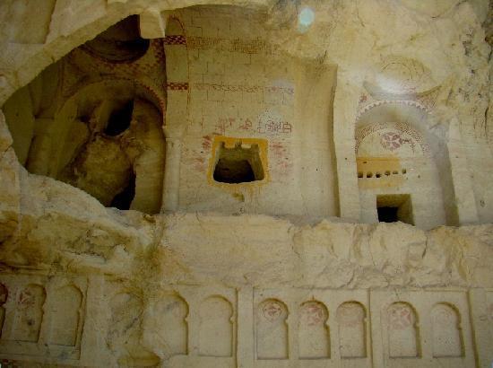 Freilichtmuseum Göreme: Durch die Witterung freigelegte, mehrstöckige Kirche