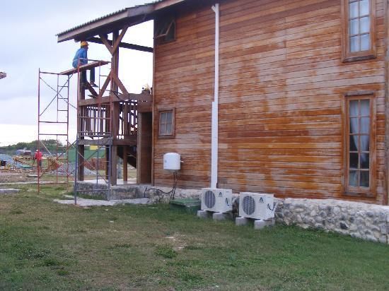 Islazul Villa Don Lino: Construction directement sur notre building....essayez de faire la sieste: impossible!