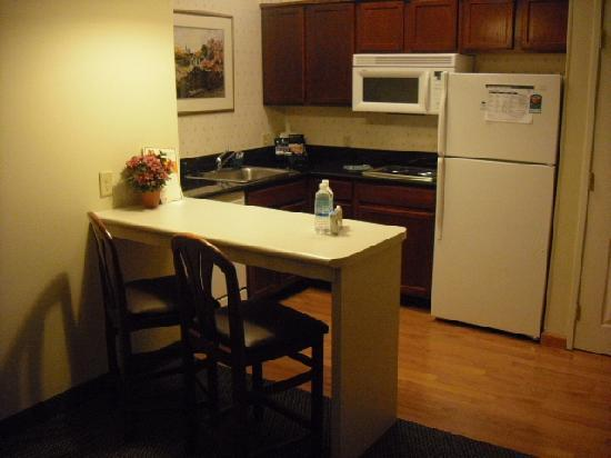 Homewood Suites by Hilton Columbus / Dublin: Overview of kitchenette