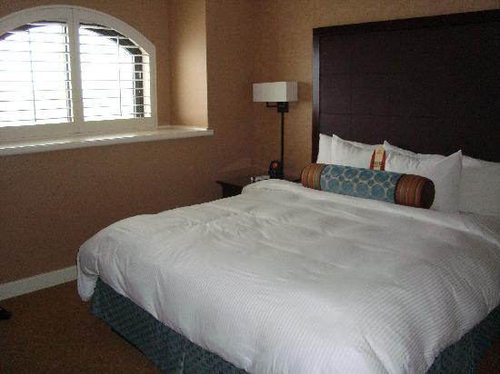 The Waterfront Beach Resort, A Hilton Hotel: bedroom