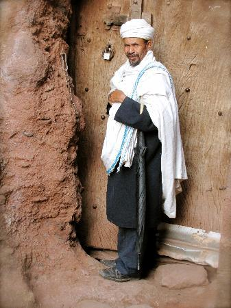 Lalibela, Etiopía: 17:00, le prêtre ferme l'église