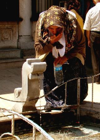 Μουσείο Μεβλανά: Dem Wasser des Brunnens werden wundersame Heilkräfte zugeschrieben