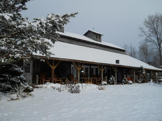 Crazyhorse Ranch & Lodge: Winter snows make the hot tub even better!