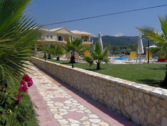 Perdika, Greece: Hotel seitlch vom Pool
