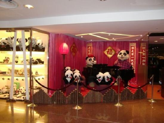 Panda Hotel: ロビーのパンダ