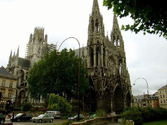 Am Martplatz vor der Kathedrale von Rouen wurde die Jungfrau von Orleans am Scheiterhaufen verbr