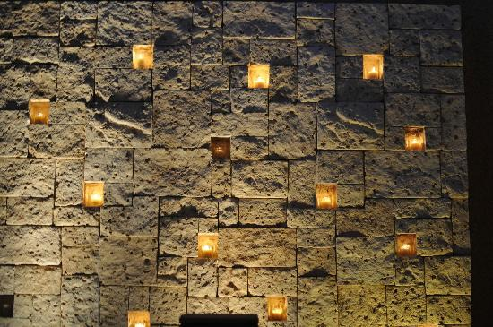 Banyan Tree Mayakoba: wall of candles next to outdoor tub