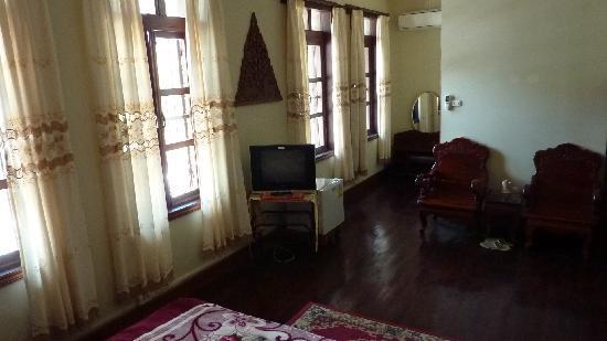 Villa Phathana: Front bedroom incl bathroom