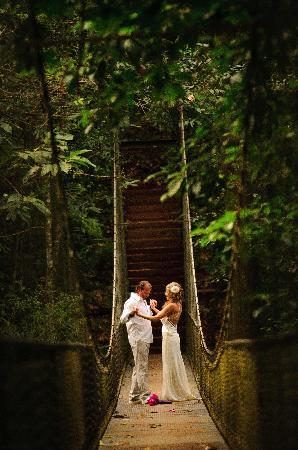 Bosque del Cabo Rainforest Lodge: Celebrating on the suspension bridge...