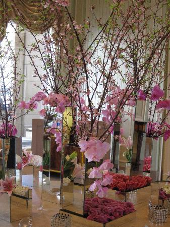 The Residences at The Ritz-Carlton, Grand Cayman: Flowers in Lobby