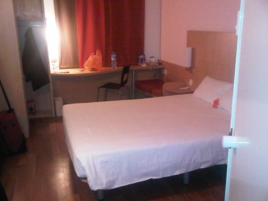 Ibis Hotel: small bedroom
