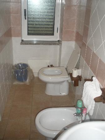 Hotel Villaggio Pineta Petto Bianco: bagno dell' appartamento