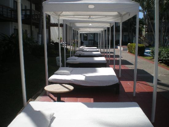 Villa Vera Puerto Vallarta: lounging beds by the pool