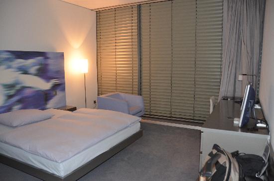 Innside by Melia Munich Parkstadt Schwabing: Fenster mit Jalousie