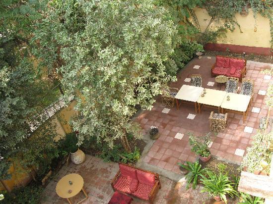 La Maison de Pythagore: la cour vue depuis la terrasse