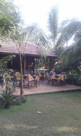 Bougainvillea Guest House Goa: Breakfast in the garden