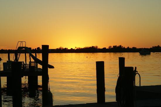 Bay Cove Motel: Sunset from the dock at Bay Cove