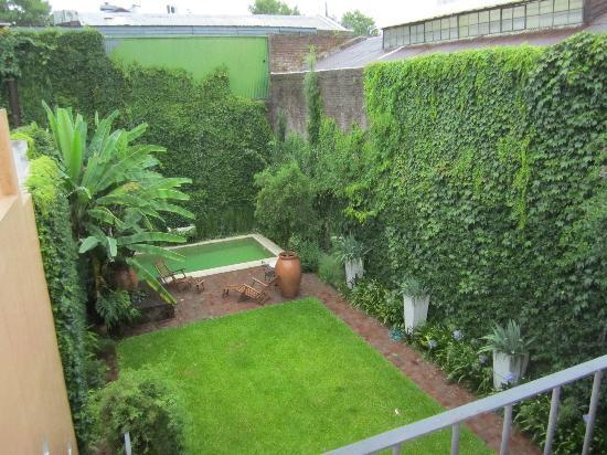 Cabrera Garden Boutique Guest House: Backyard garden view from balcony
