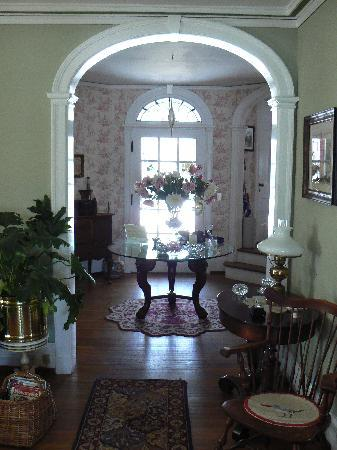 1907 Bragdon House Bed & Breakfast: looking into the foyer