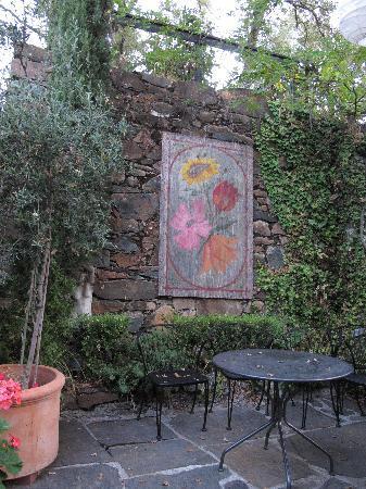 إمبريال هوتل: back patio