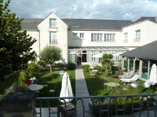 Hotel La Marine de Loire: room overlooking garden and pool area