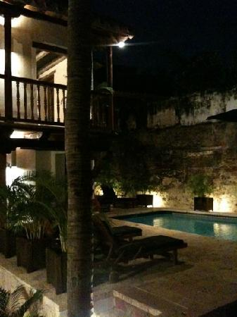 El Marques Hotel Boutique : the pool at night