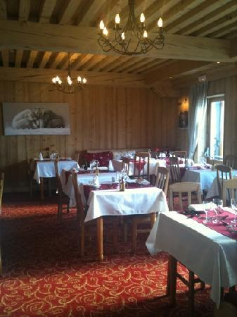 Hotel L'ours Blanc: sunlight floods into main dining room at L'Ours Blanc