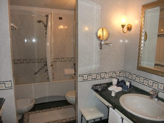 Cristallo, a Luxury Collection Resort & Spa: The bathroom