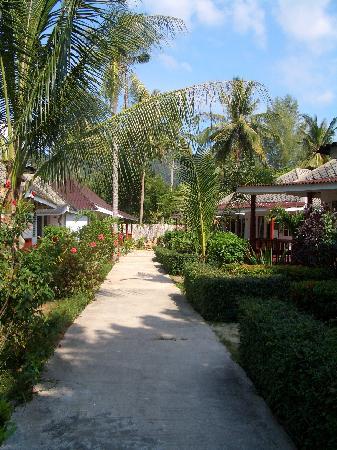 Nakara Long Beach Resort: Ein Weg auf der Anlage