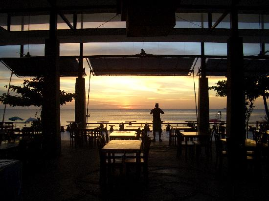 Nakara Long Beach Resort: Blick durchs Restaurant zum Strand