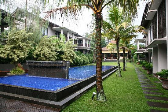 Summer Hill Private Villas & Hotel: main garden