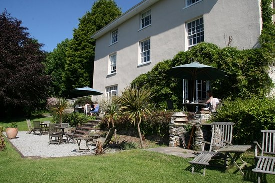 Plantation House Hotel and Restaurant : View from the garden onto the hotel